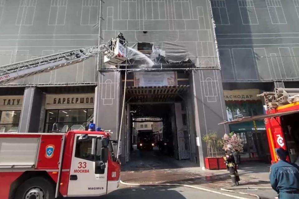 Спецкомиссия устанавливает причину возгорания старинного особняка в Москве. Фото: стоп-кадр видео