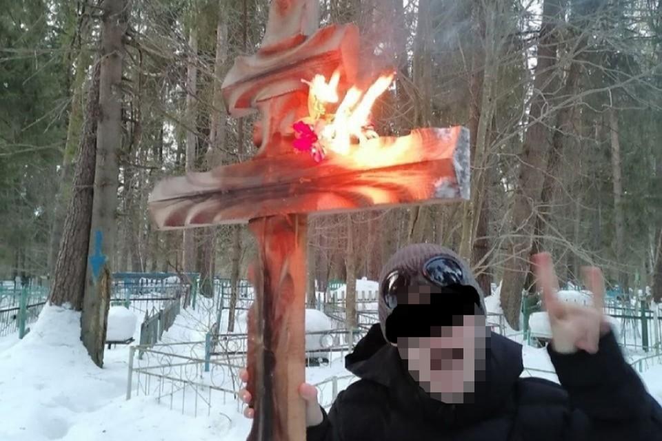 Одним из самых обсуждаемых событий недели стал случай с поджигателями крестов и венков на кладбище в поселке Даровском. Фото: vk.com/zlo43
