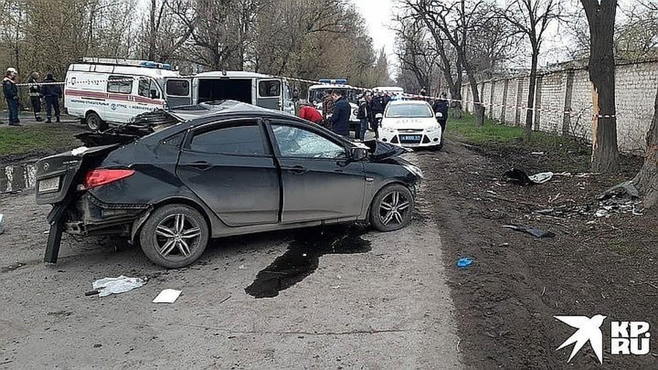 Иномарка слетела с дороги и протаранила дерево. Фото: пресс-служба областной ГИБДД