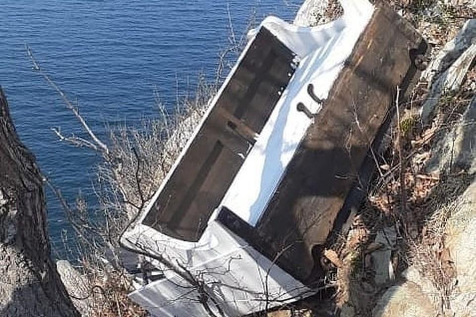 Установленное пианино кто-то скинул в обрыв. Фото: www.instagram.com/nakhodka_virtual