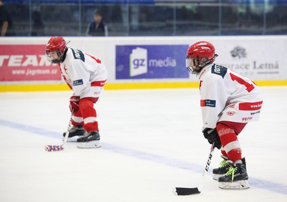 Видео: 9-летние хоккеисты из Удмуртии устроили массовую драку на льду с соперниками