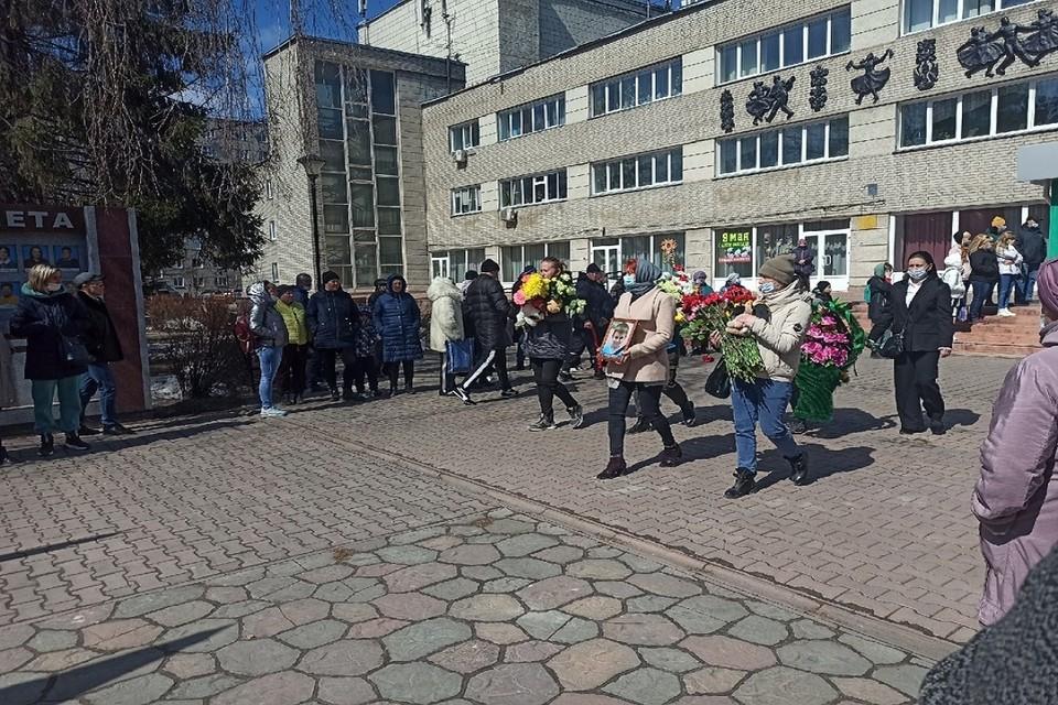 """Проводить Максима в последний путь пришли более двухсот человек. Фото: """"Город Обь Онлайн""""."""
