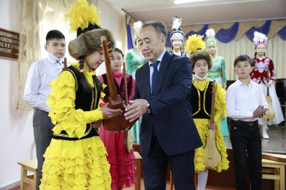 Юной комузистке вручили подарок от президента.