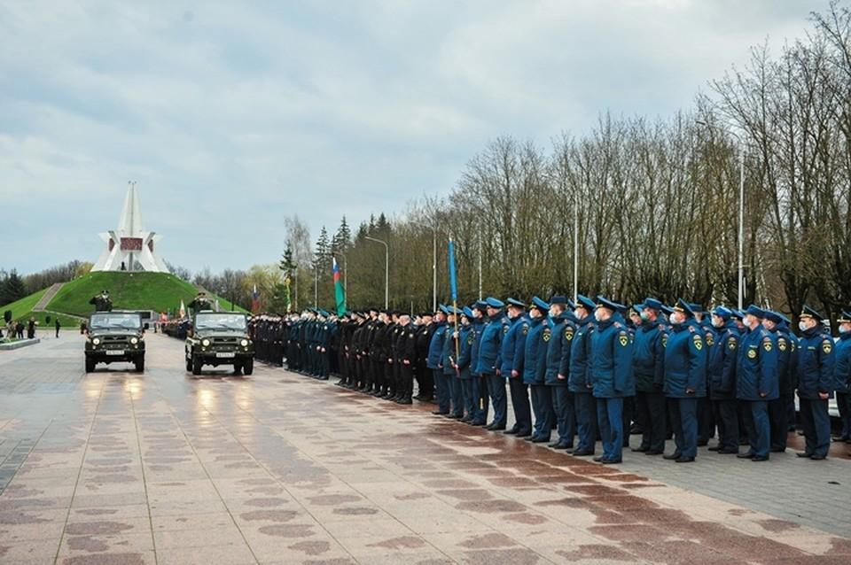 В Брянске на Кургане Бессмертия 20 апреля прошла вторая репетиция Парада Победы. Фото: пресс-служба ГУ МЧС России по Брянской области.