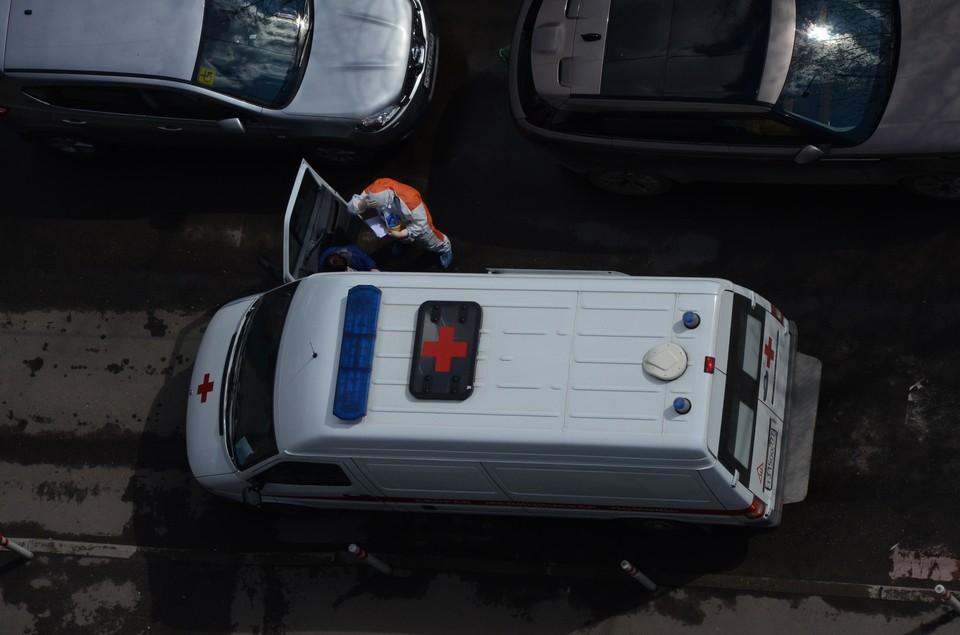 По словам жительницы Анжеро-судженска, медики просто затащили женщину в подъезд и уехали.