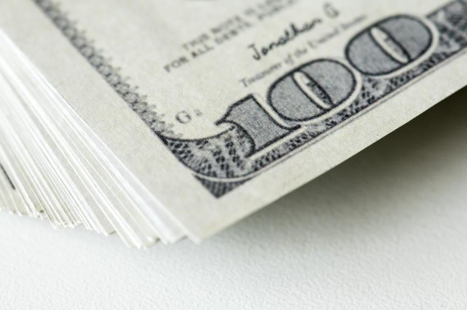 Доллар уже стоит более 432 тенге