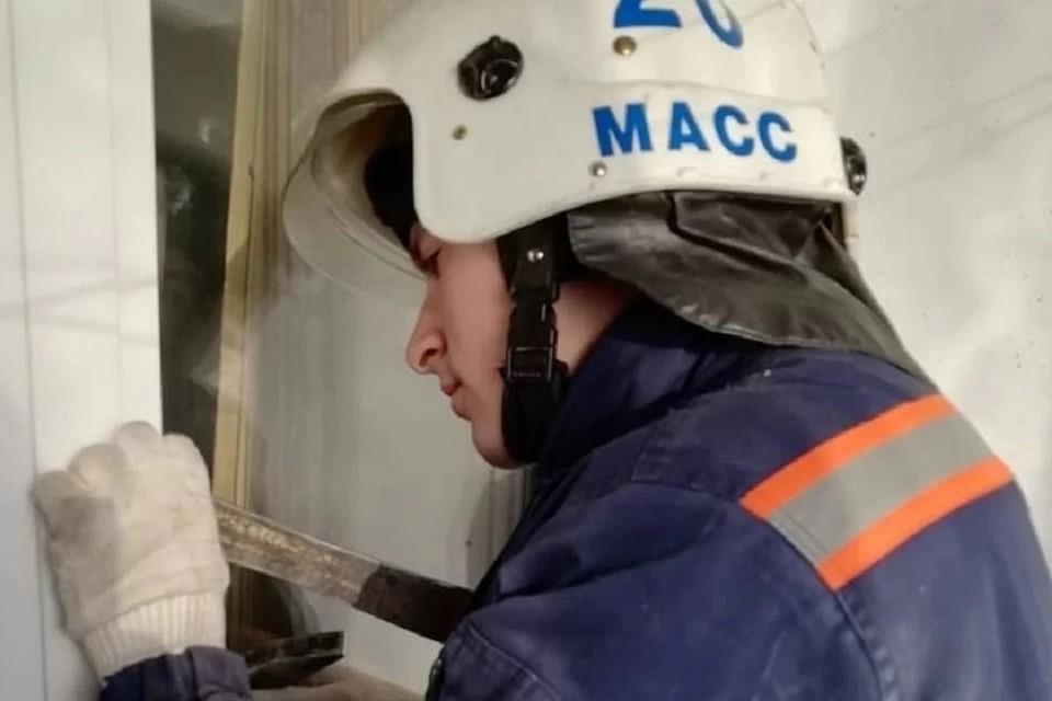 """В Новосибирске мужчина закрылся с грудничком в квартире и перестал выходить на связь. Фото: служба спасения """"МАСС""""."""