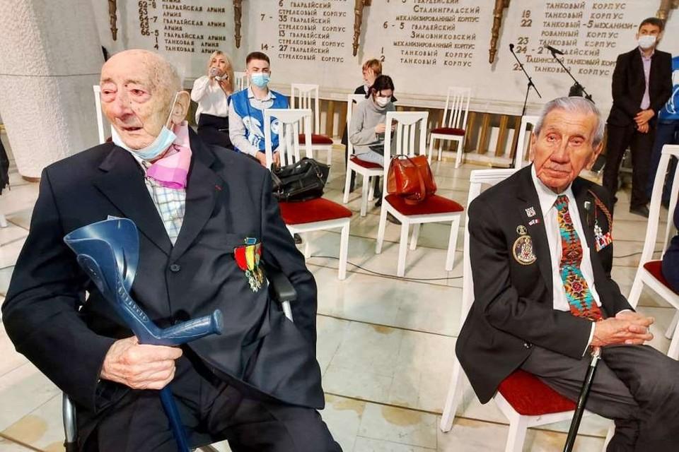 Французский ветеран Роже Доре и американский ветеран Чарльз Норман Шей (на фото справа).