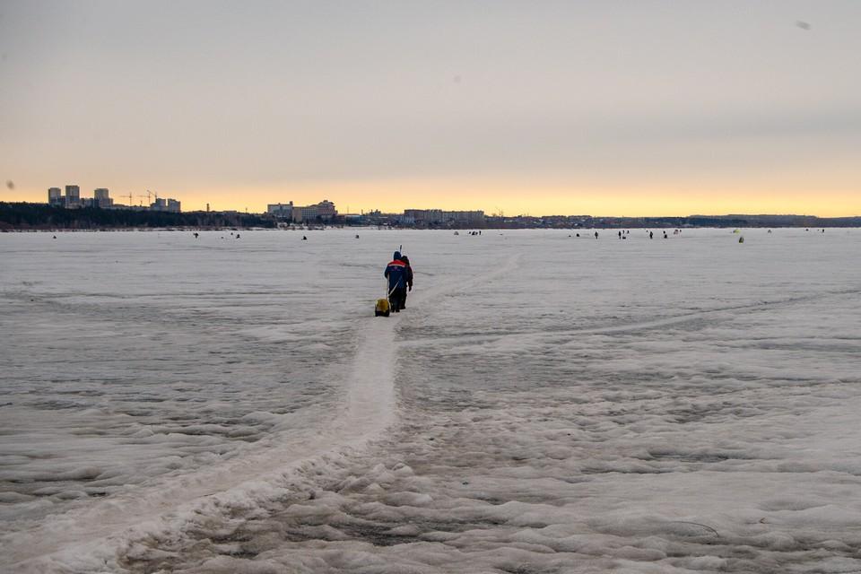 На водоемах лед уже отошел от берега и стал тонким.