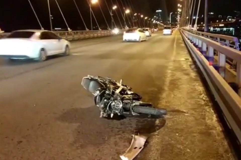 Один лежачий мотоцикл и две помятые машины - таковы результаты аварии.