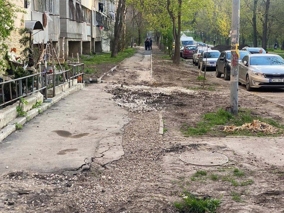Генпримар Кишинева Ион Чебан высказал недовольство в связи с ситуацией с тротуарами, не до конца восстановленными после проведения работ по смене водопроводных труб. Фото:ionceban.md