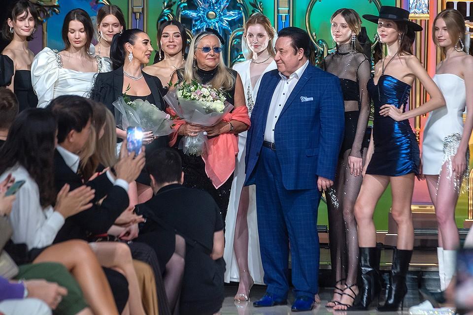 Фонд «Русский Силуэт» представил дефиле молодых дизайнеров в рамках Московского Международного кинофестиваля.
