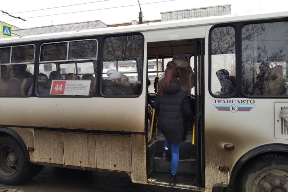 Сейчас пассажиры продолжают активно пользоваться общественным транспортом.