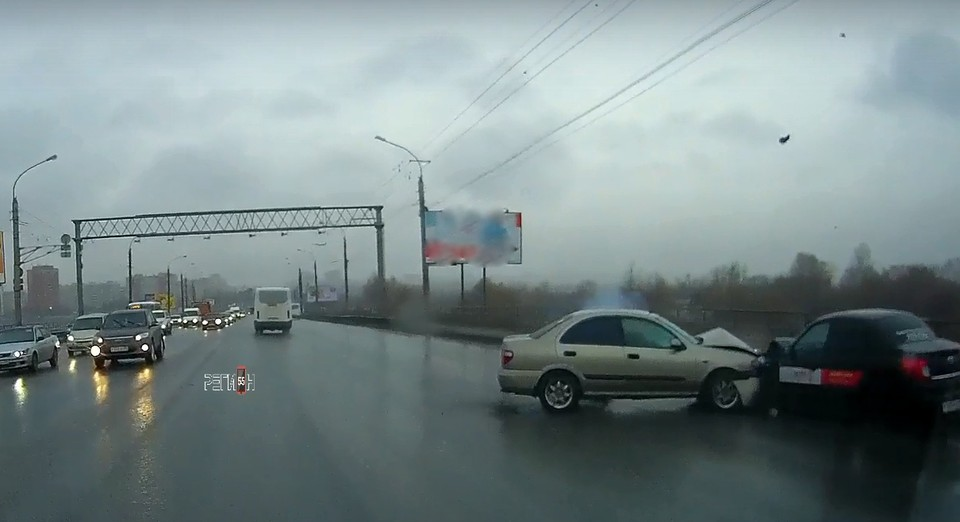 На месте аварии почти сразу собралась внушительная пробка. Фото: vk.com/region_omsk55