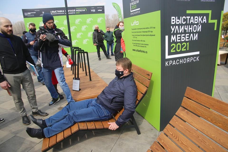Сергей Еремин оценил удобство уличного шезлонга