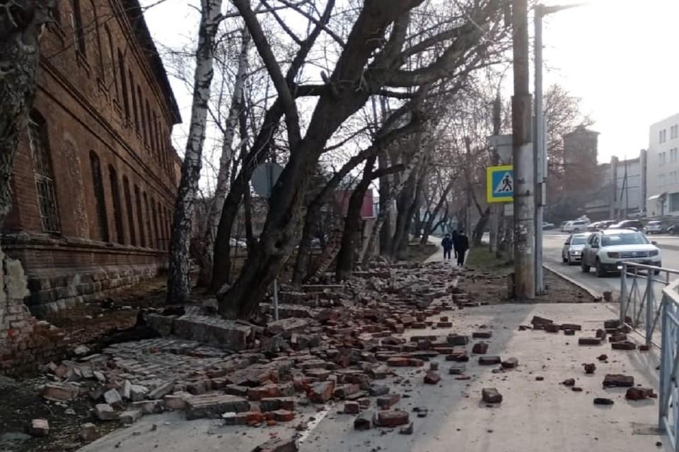 Забор психбольницы рухнул на тротуар. Фото предоставлено Ростиславом Антоновым.