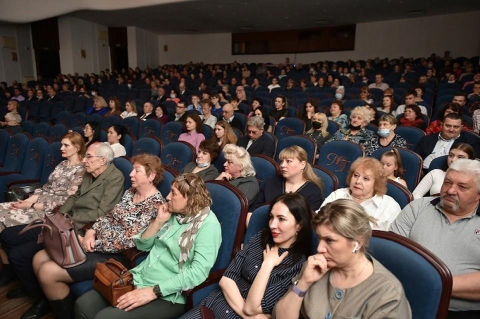 Актеры музыкального театра подарили медикам спектакль в Хабаровске