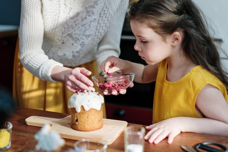 Приготовить кулич или не заморачиваться и купить пасхальное лакомство – каждый решает для себя. Фото: pexels.com