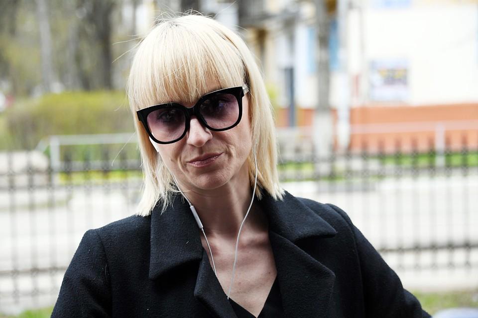 Вдова актера Ксения Бик в суд приехала на такси. На глазах темные очки: женщина явно устала
