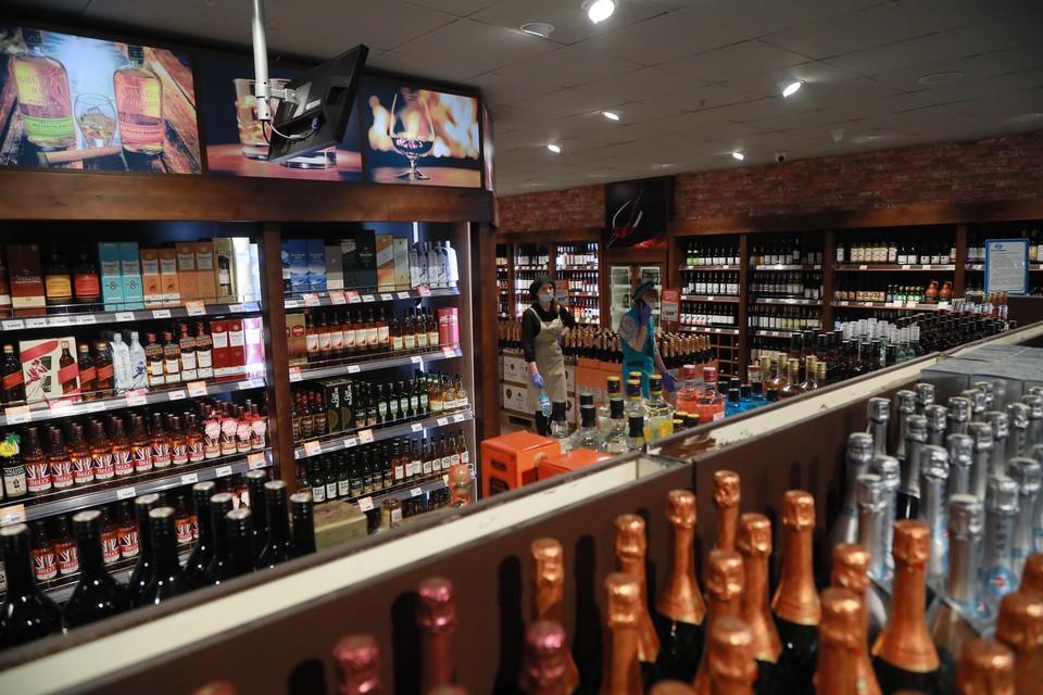 Алкомаркетам придется закрыться или спрятать все спиртное от покупателей
