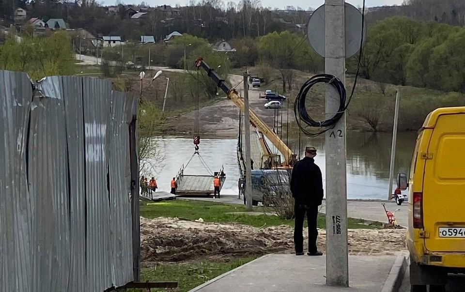 Установка моста на Воробьевской переправе.