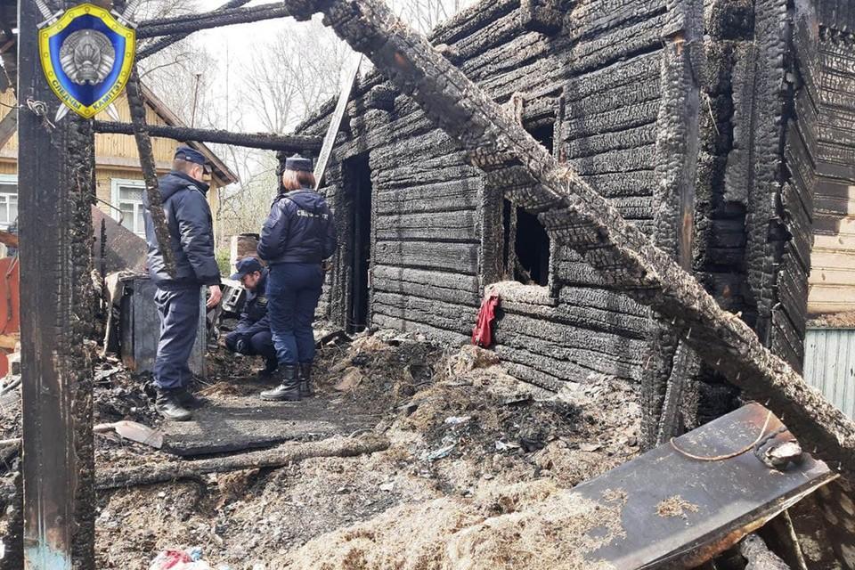 Следователи выясняют обстоятельства пожара в Сидоровичах, где подросток пострадал, спасая младшего брата. Фото: СК.