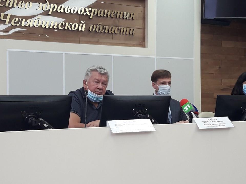 Андрей Важенин (слева) и министр здравоохранения Юрий Семенов