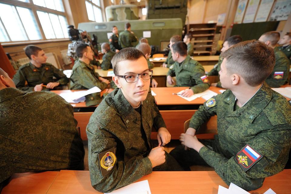 Студенты и выпускники вузов получили право самостоятельно выбирать - пройти службу по призыву, контракту либо без отрыва от учёбы освоить военную специальность.