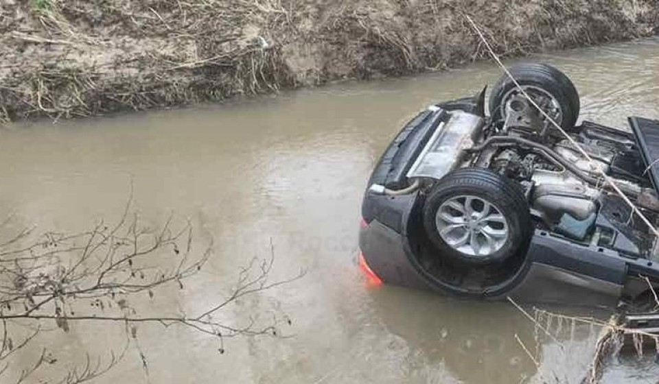 Мужчина успел вытащить ребенка из авто, пока оно не заполнилось водой полностью.