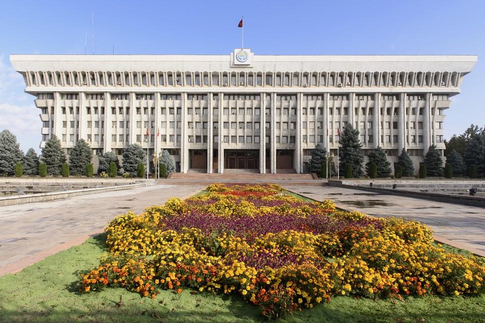 Участники митинга в Бишкеке потребовали выдать им оружие для защиты границы республики