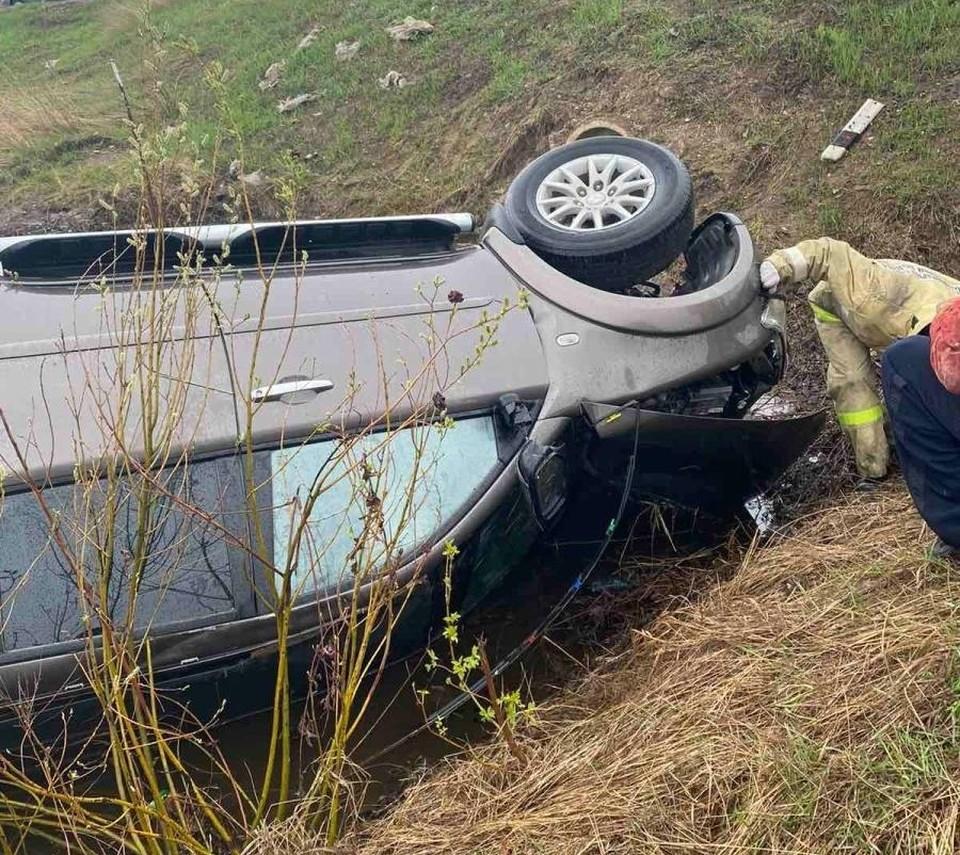 Автомобиль перевернулся и упал на крышу