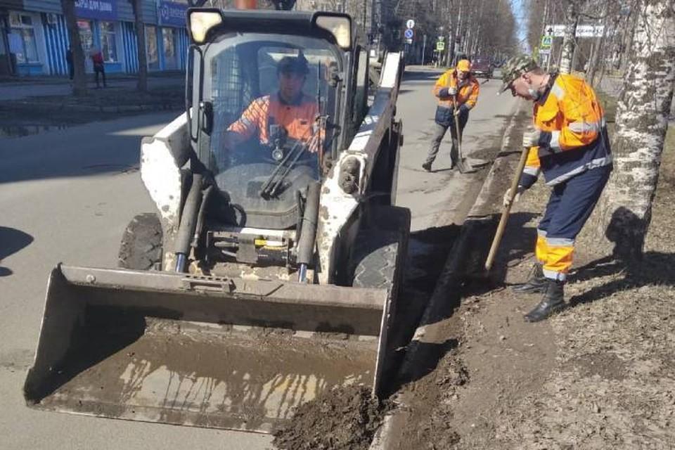Кировская подрядная организация АО «Гордормостстрой» отчиталась о текущей работе по уборке мусора и грязи с городских улиц. Фото: admkirov.ru
