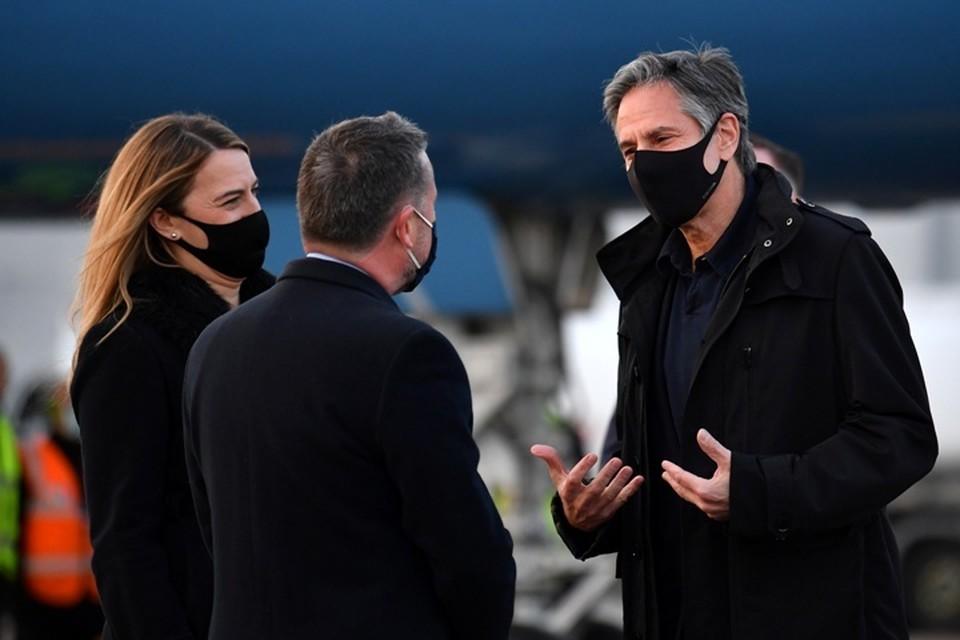 В лондонском аэропорту Блинкена встречали сотрудники посольства США в Британии и представители МИД королевства