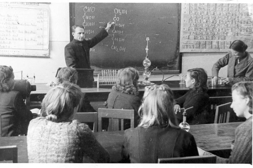 Доцент Д.К. Сурков читает лекцию по химии. Фото из архива ПГГПУ
