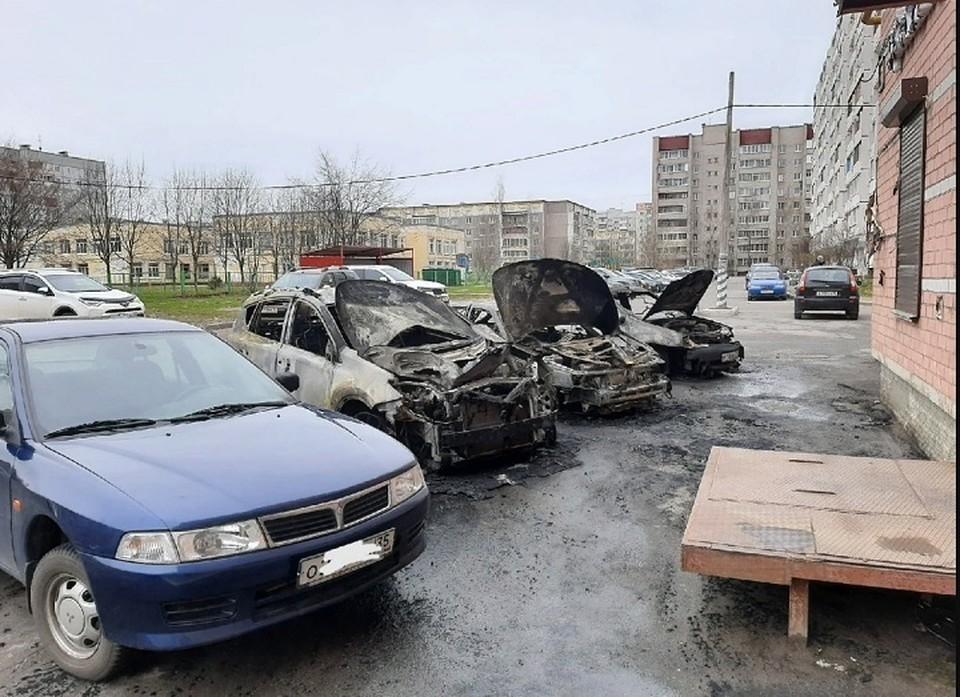 Три автомобиля сгорели полностью