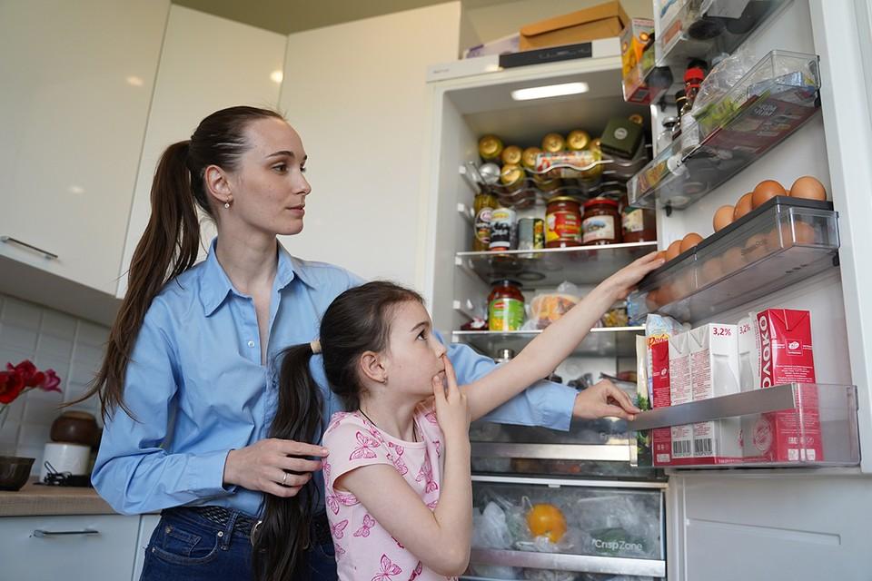 Убирая продукты в холодильник, подумайте, достаточно ли вы сделали, чтобы защитить свою семью от потенциального инфекционного вируса SARS-CoV-2.