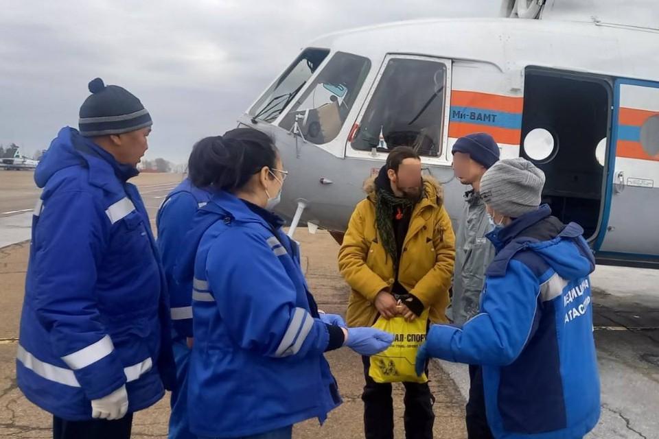 Выживших после схода лавины туристов вертолетом эвакуировали в Иркутск. Фото: Республиканское агентство ГО и ЧС.