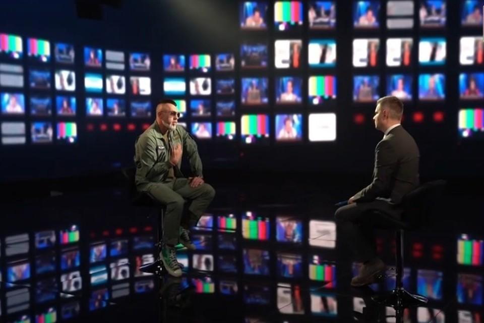 """Рэпер Серега заявил о том, что у него есть вопросы к действующей белорусской власти. Фото: скриншот с телеканала """"Беларусь 1"""""""