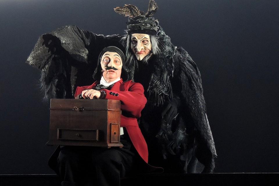 Все роли в спектакле играют Мария Аронова и ее сын Владислав Гандрабура.