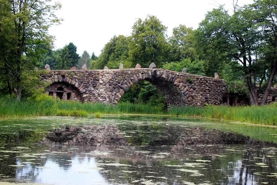 Валунный мост уникален - построен без единого гвоздя и держится за счёт веса камней. Фото: VK/Музей «Василёво»