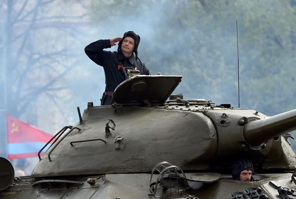 Дамир Юсупов проехал на танке ИС-3. Фото: пресс-служба УГМК