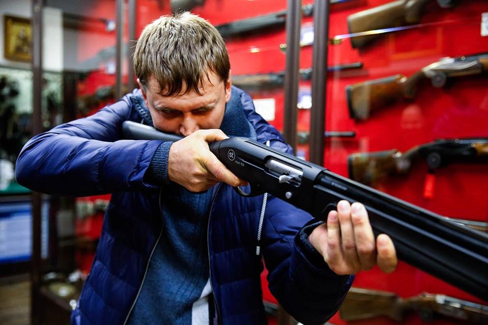 Пока в Казани приходили в себя после стрельбы в школе, блогеры в соцсетях выяснили — в стране существует множество фирмочек, предлагающих справки для оформления владения оружием. Фото: Валерий Матыцин/ТАСС