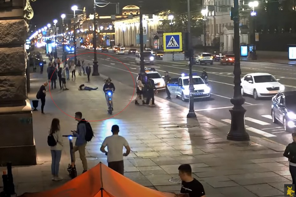 Самокатчики сбили двух человек и устроили драку на Невском проспекте. Фото: кадр с видео: youtube/com / Mobotix Webcams Russia