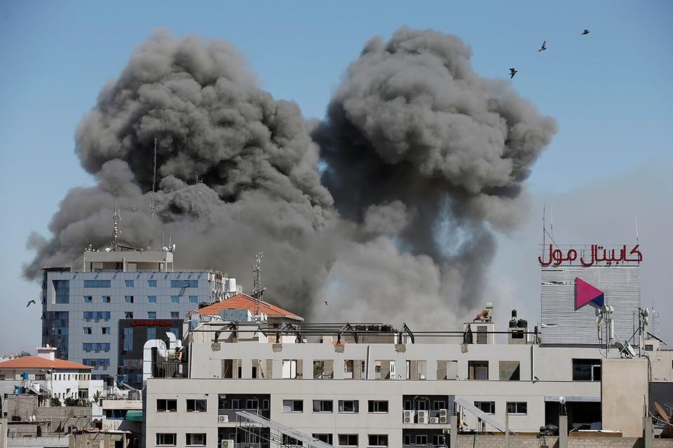 ВВС Израиля нанесли ракетный удар по многоэтажке в одном из кварталов Газы. В этом доме находится штаб-квартира агентства «Аль-Джазира», а также других СМИ.