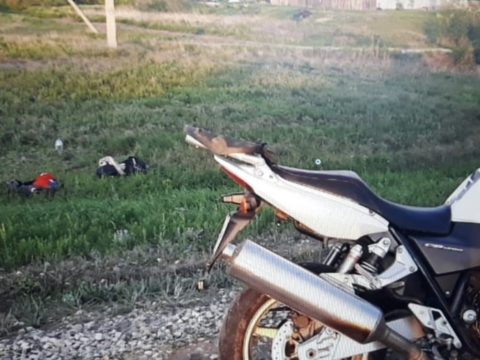 Мотоциклист вылетел с дороги и перевернулся