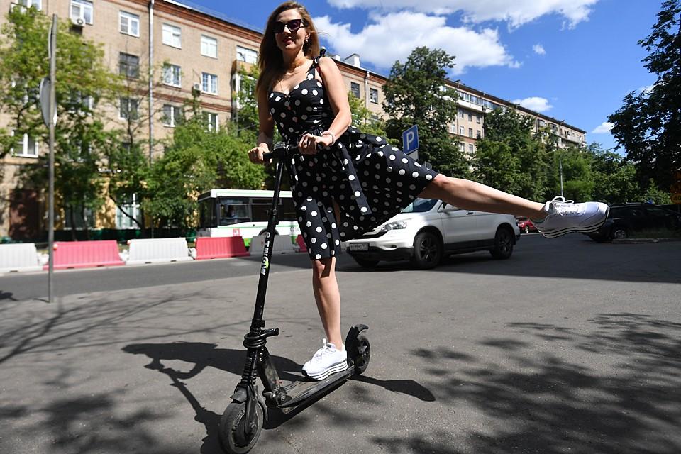 По правилам, которые приняты для электросамокатов, на тротуарах и велодорожках пользователи этого вида транспорта должны двигаться не превышая скорость потока