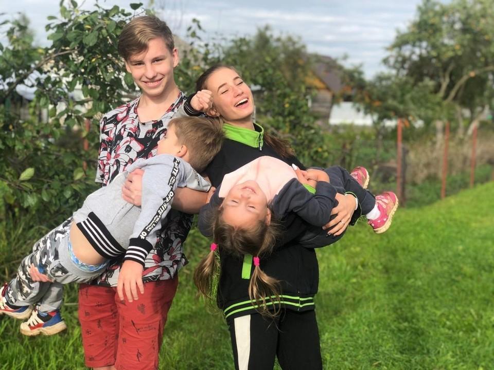 """Чем больше семья - тем больше радостных моментов! Фото конкурса """"Мое счастливое детство""""- 2021"""