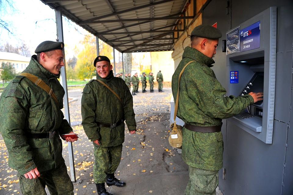К 1 октября 2021 года военнослужащим РФ повысят зарплату.