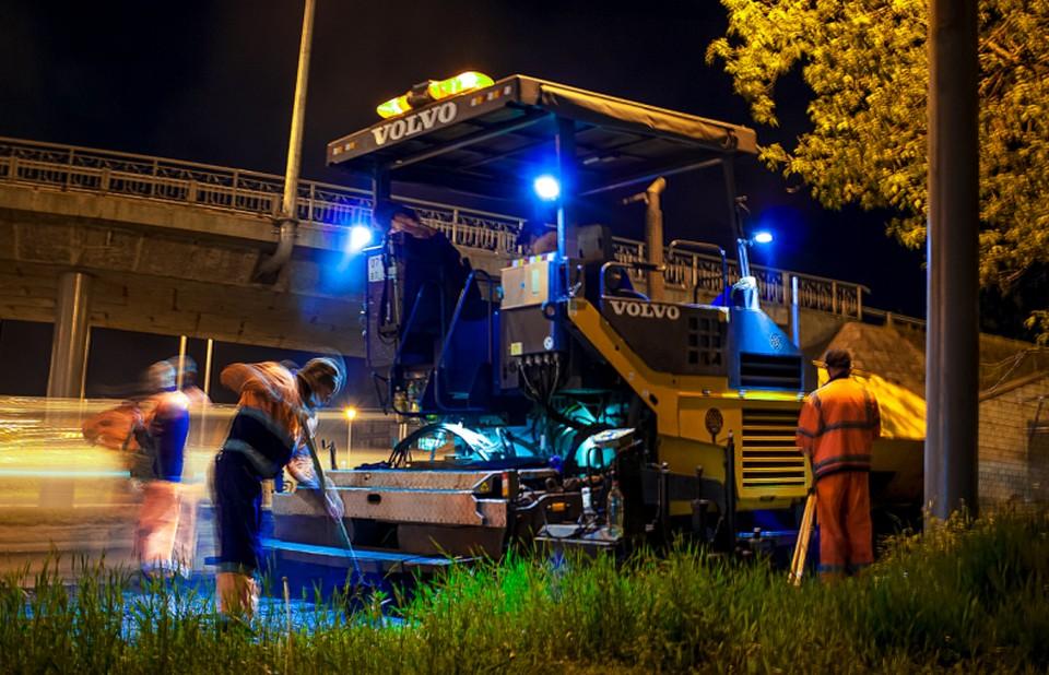 Работы по асфальтированию улиц длятся до самого утра. Фото: Руслан Новиков
