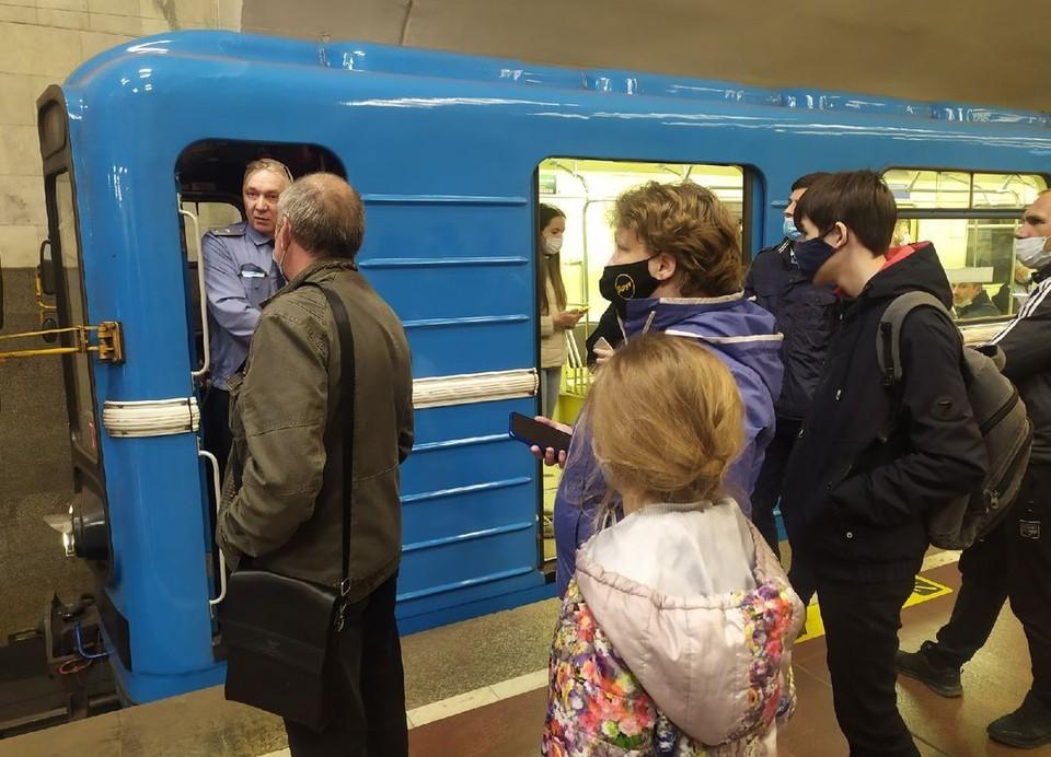 В новосибирском метро на 10 минут остановили движение поездов.